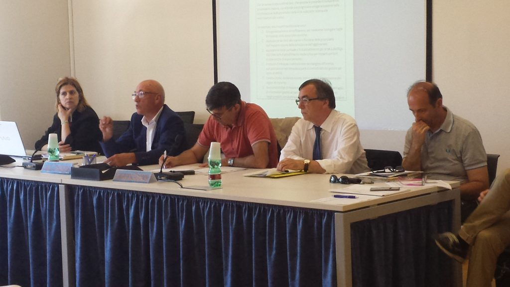 Un immagine del seminario sulle acque reflue: al centro, da sinistra, il presidente di Confservizi ER Luigi Castagna e il direttore di Arpae Giuseppe Bortone.