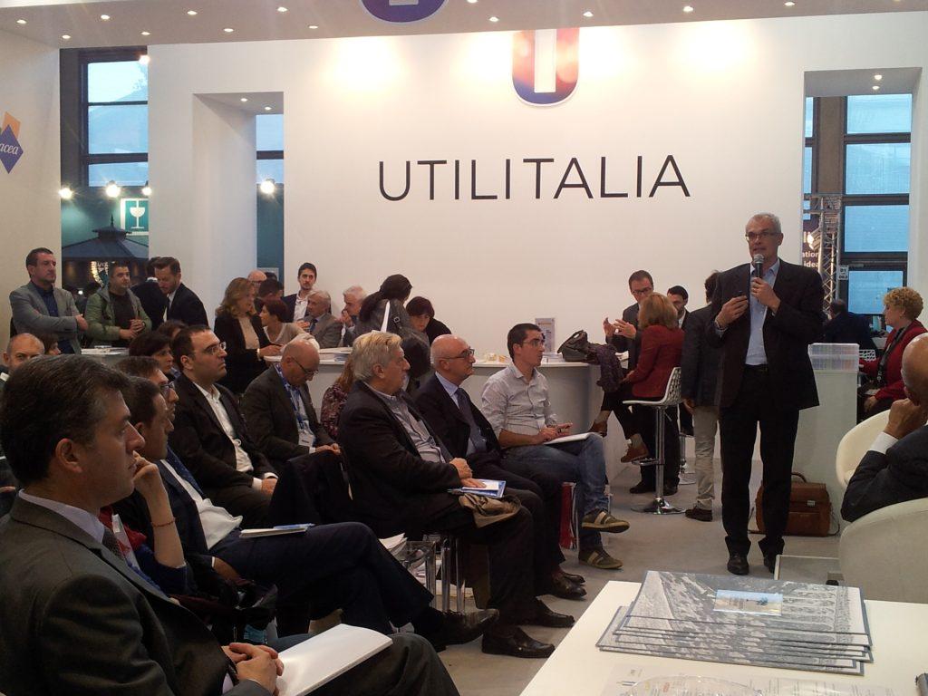 Un'immagine dell'iniziativa organizzata da Confservizi ER a Ecomondo. A dx, in piedi, Eugenio Bertolini.
